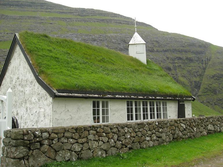 храм с традиционной крышей
